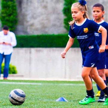 Clínica de fútbol femenino en el Polideportivo Santojanni